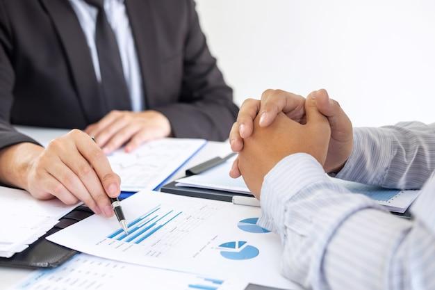 Partenaire commercial discutant du plan marketing et du projet de présentation de l'investissement lors d'une réunion