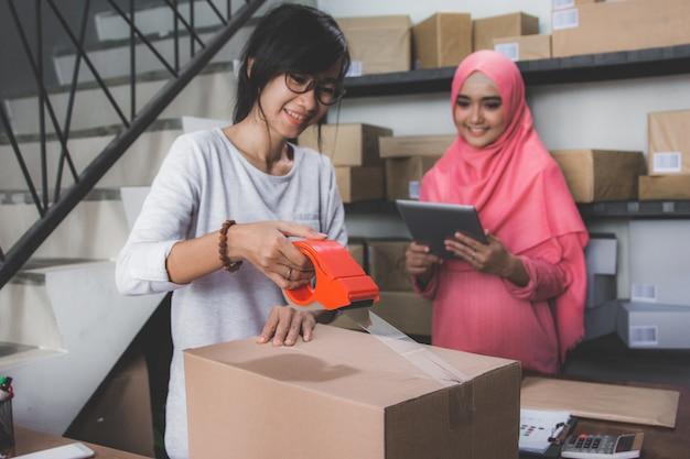 Partenaire commercial femme au petit bureau