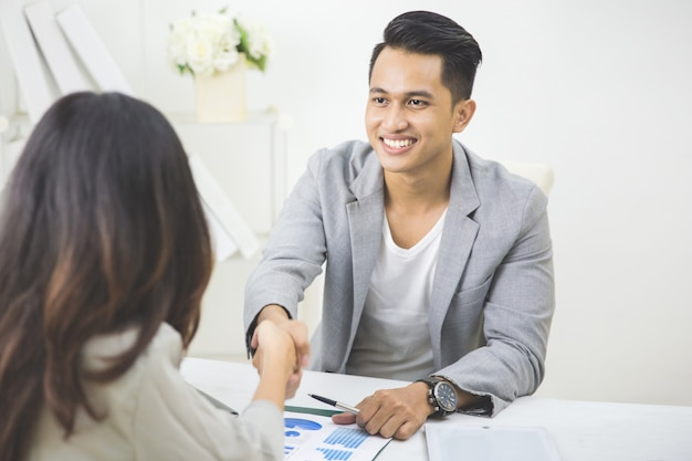 Un partenaire commercial passe un accord