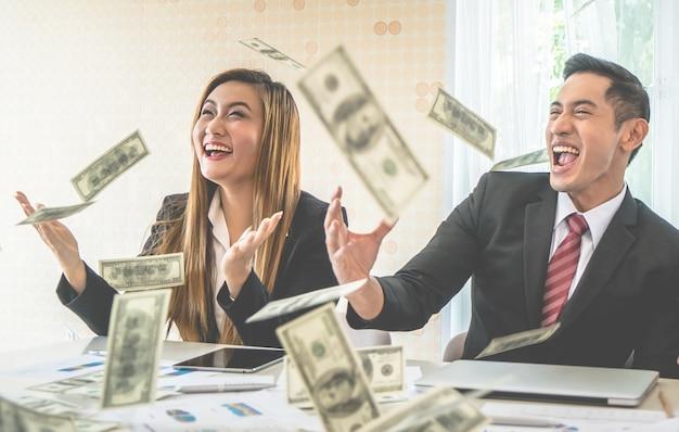 Partenaire de l'équipe commerciale célébrant le profit en jetant de l'argent