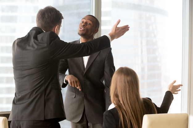 Partenaires d'affaires agacés se disputant lors d'une réunion