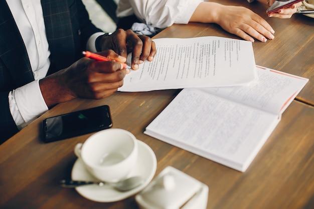Partenaires d'affaires assis dans un café