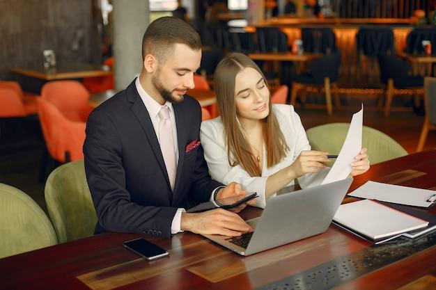 Partenaires assis à table et travaillant dans un café