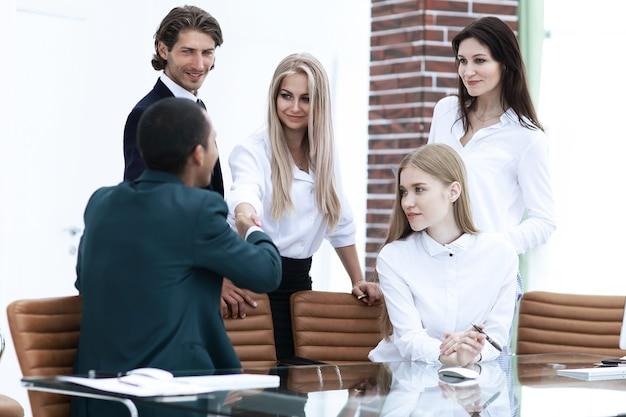 Partenaires commerciaux animant un atelier au bureau.