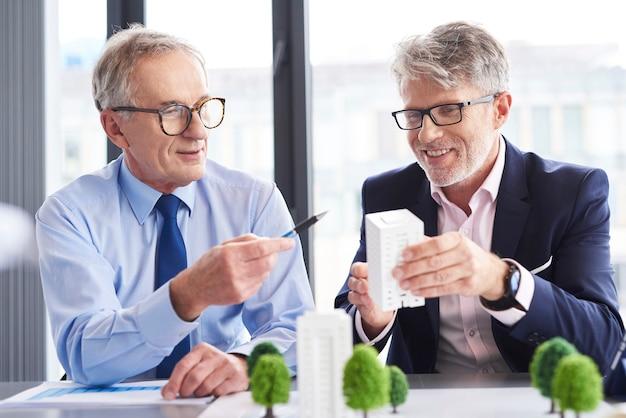 Partenaires commerciaux ayant une conversation au bureau