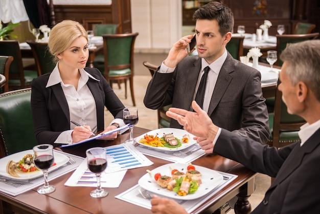 Partenaires commerciaux confiants en costume discutant contrat.