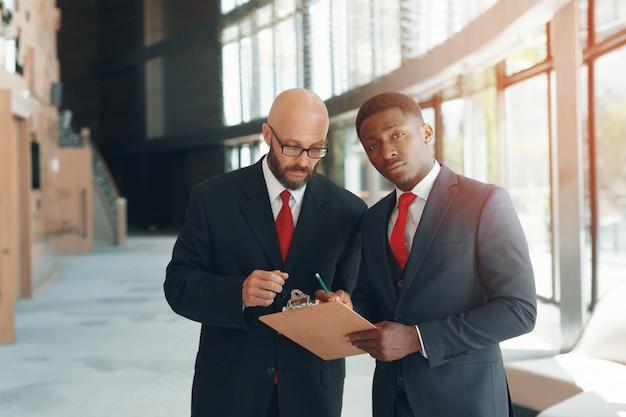 Partenaires commerciaux dans un bureau moderne