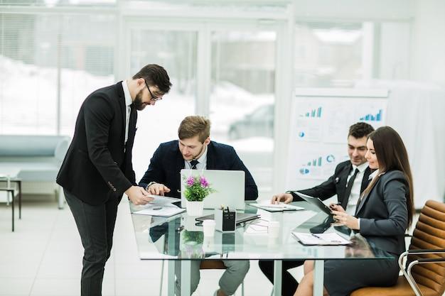 Les partenaires commerciaux discutent des bénéfices avant de signer un nouveau contrat sur le lieu de travail dans un bureau moderne