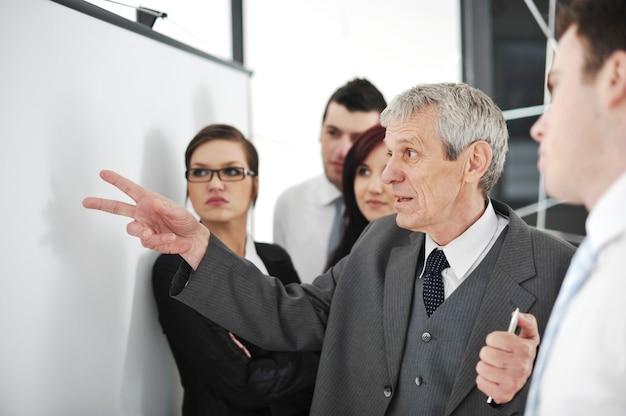 Les partenaires commerciaux discutent des documents et des idées lors de la réunion
