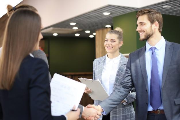 Les partenaires commerciaux échangent sur des objets commerciaux sur le lieu de travail.