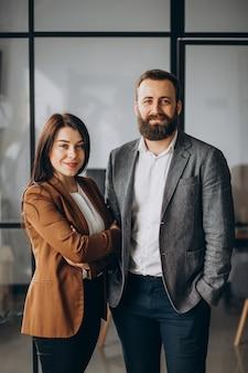 Partenaires commerciaux ensemble au bureau