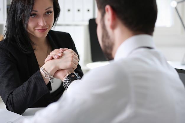 Les partenaires commerciaux font une poignée de main