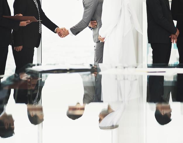 Partenaires commerciaux introductionary handshake bow