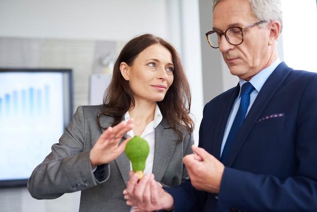 Partenaires commerciaux matures faisant une conversation