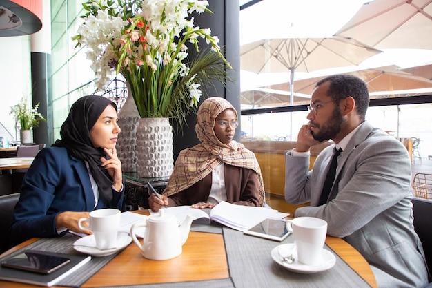 Partenaires commerciaux multiethniques travaillant sur un accord
