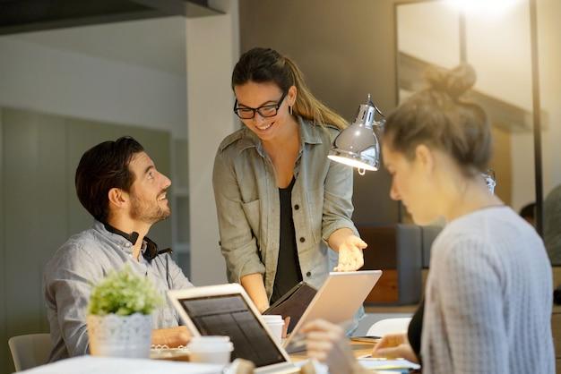 Partenaires commerciaux passant en revue le projet dans un espace de travail commun