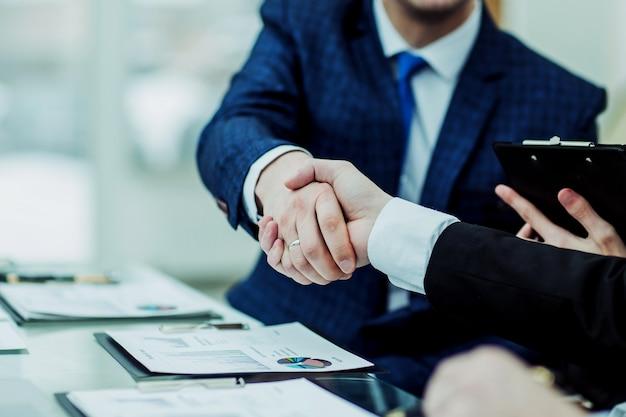 Partenaires commerciaux de poignée de main après discussion