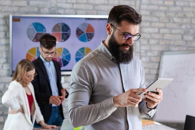 Partenaires commerciaux prospères ayant une réunion et discutant de nouvelles idées de projets commerciaux dans un bureau
