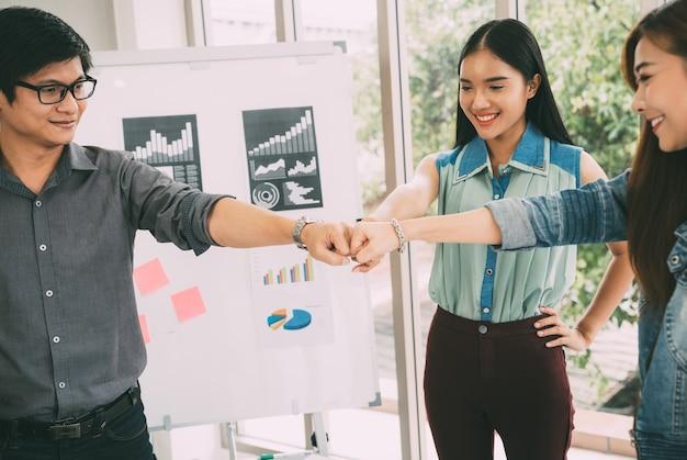 Partenaires commerciaux qui donnent à fist bump la possibilité de mener à bien une mission réussie