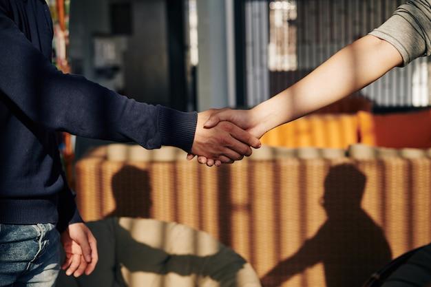 Partenaires commerciaux se serrant la main