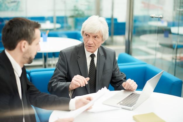 Partenaires commerciaux seniors en réunion