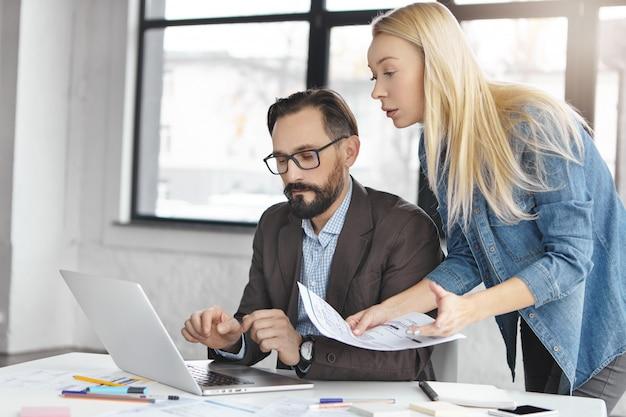 Partenaires commerciaux travaillant au bureau
