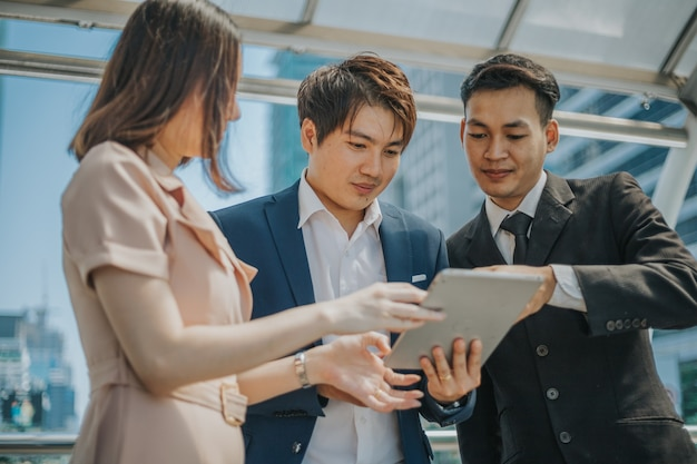 Partenaires commerciaux utilisant la tablette lors de la réunion