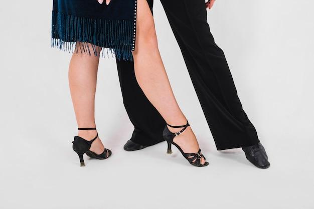 Partenaires de culture pointant vers les orteils pendant la danse