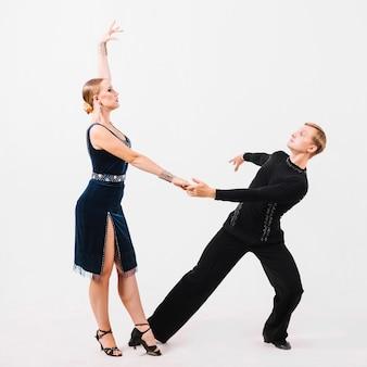 Partenaires dansant sur fond blanc