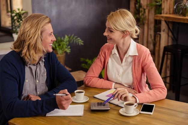 Partenaires interagissant avec des documents et une calculatrice