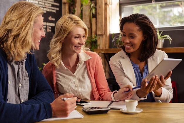 Partenaires interagissant avec une tablette tactile et une calculatrice