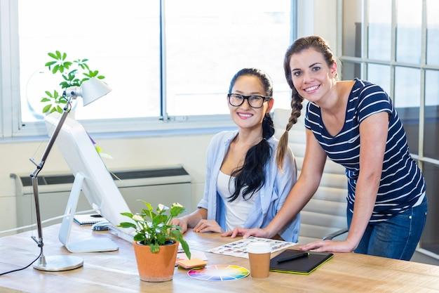 Partenaires souriants travaillant ensemble avec des photographies