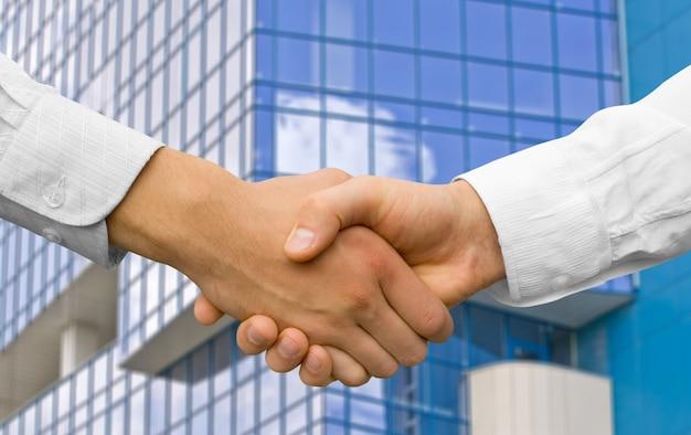 Partenaires de travail d'équipe homme d'affaires se serrant la main