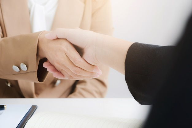 Partenariat d'affaires se serrant la main accord accord