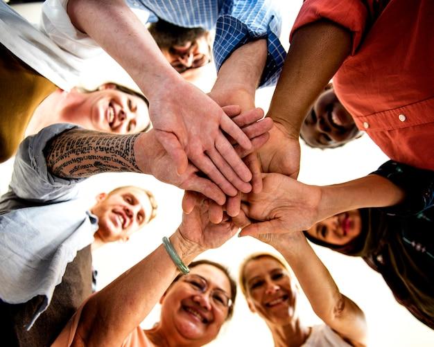 Partenariat diversifié de personnes de travail d'équipe