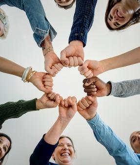 Partenariat entre divers peuples, mains, poings
