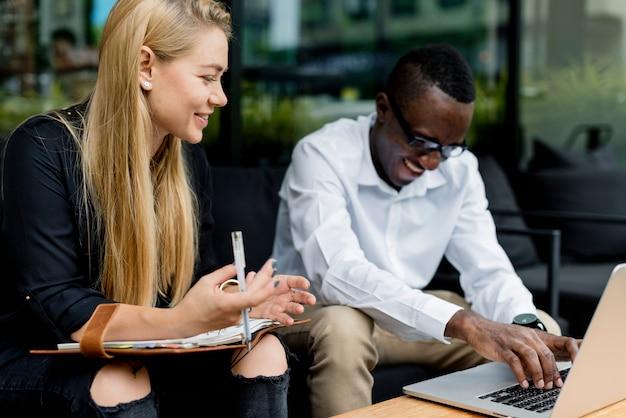 Partenariat entreprise travailler ensemble parler de planification
