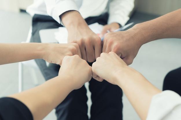 Partenariat main équipe professionnelle donnant fist bump après projet commercial complet