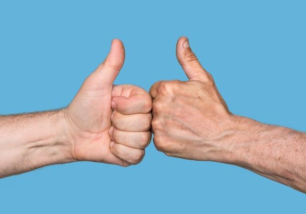 Partenariat. thumbs up signe isolé sur bleu