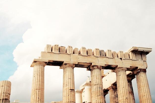 Parthénon sur l'acropole avant la pluie. athènes, grèce.