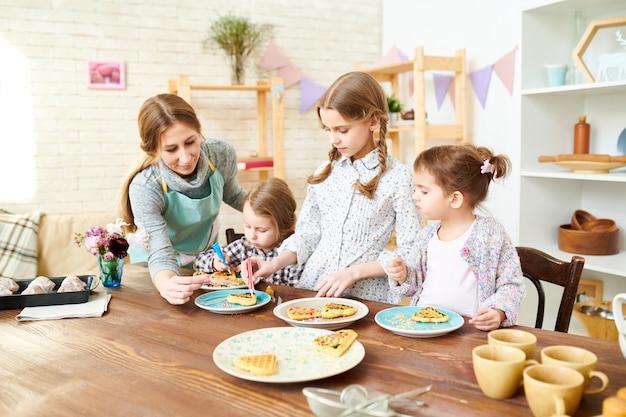 Participants créatifs de cours de cuisine