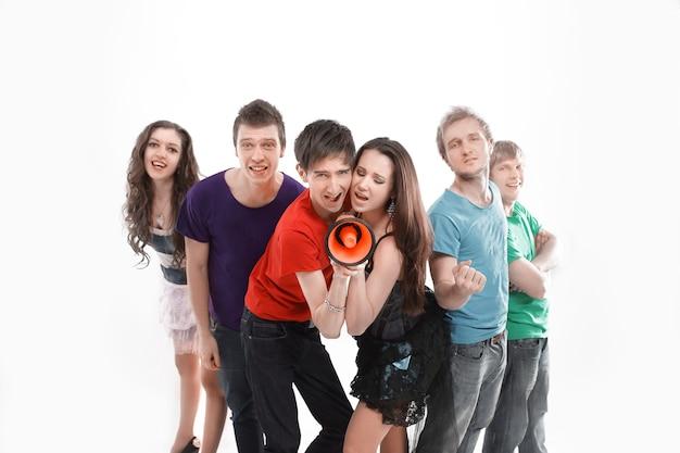 Les participants du groupe de musique rock jeunesse criant dans un mégaphone