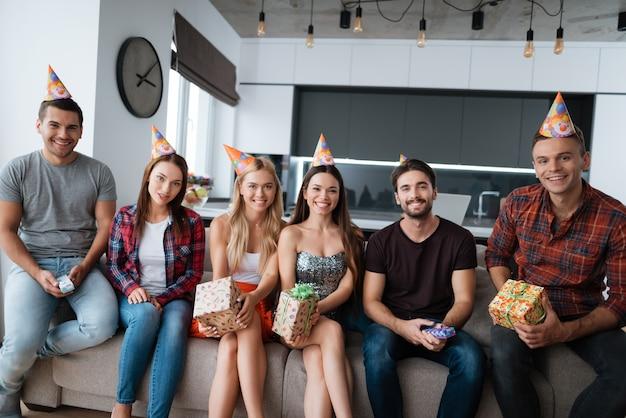 Les participants à la fête d'anniversaire font une photo de groupe.