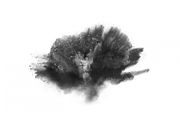 Particules de charbon de bois sur fond blanc.