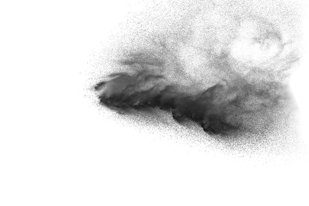 Les particules noires éclaboussent sur fond blanc. éclaboussure de poussière noire sur fond blanc.