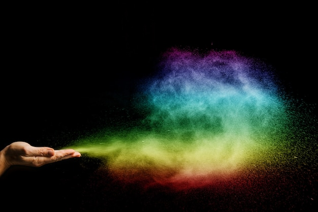 Les particules de poussière de couleur gonflent avec les mains