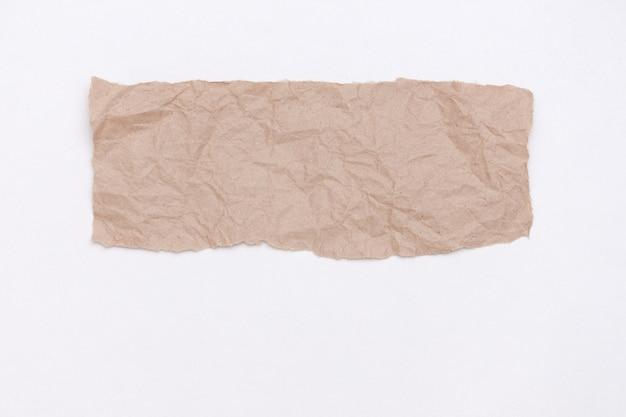 Partie abstraite de l'artisanat de l'emballage papier froissé sur blanc