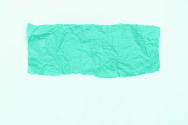 Partie abstraite de l'artisanat d'emballage papier froissé sur fond blanc, tonique dans la couleur à la mode de 2020 biscay green