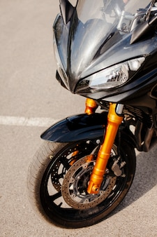 Partie avant de la moto noire