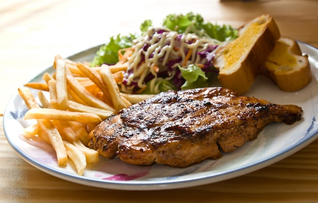 Partie beefsteak salle repas au barbecue